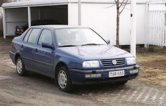 """Photo: Vuoden 1996 alussa harhauduin valkoisista Audeista muutamaksi kuukaudeksi tähän siniseen Ventoon, kun siirryin automaattivaihteisiin autoihin, ja Audi automaattina tuntui kalliilta. Mutta en """"kotiutunut"""" Ventoon ja asia ratkesikin sitten työpaikkaa vaihtamalla - samalla vaihtui leasingauto, Renault Meganeen, joka sekin jäi yksittäiseksi """"kokeiluksi""""- en löytänyt kuvaa, mutta olisikohan ollut keltainen."""