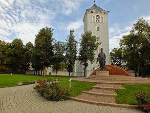 Photo: Jelgava, paminklas pirmajam Latvijos prezidentui Janiui Čakste,  priešais Šv. Trejybės liuteroniška bažnyčią.  Atidengtas 2003m. lapkričio 14d.  Paveiksluota 2013-08-22.