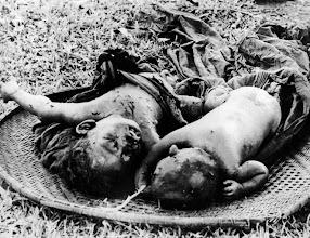 Photo: BÊN THẮNG CUỘC - HUY ĐỨC        Communists slaughtered highland villagers in Dakson village. http://www.vietnam.ttu.edu/virtualarchive/items.php?item=VA056307 Cộng sản tàn sát người dân ở làng Dakson.