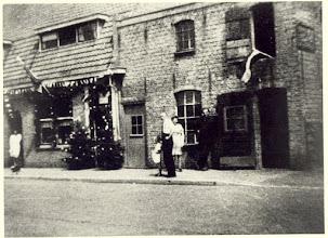 Photo: 1949 Esserstraat 4  van Campenhout staat rechts op de foto