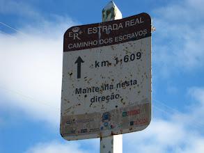 Photo: Placa de orientação com a quilometragem percorrida e a direção a seguir