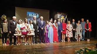 Foto de familia con el alcalde y concejales junto al pregonero y las Reinas de las Fiestas.