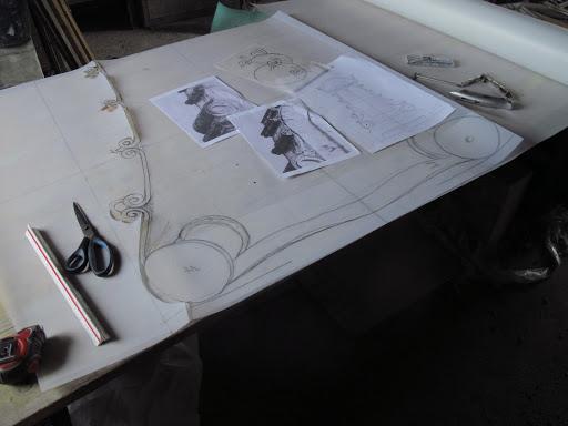 Découpe du gabarit avant taille de la stèle funéraire personnalisée
