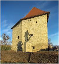 """Photo: Cluj-Napoca - Piata Timotei Cipariu, Statuia lui Baba Novac - 2018.01.31 - Inscriptie pe soclu: """" """"Baba Novac, căpitan al lui Mihai Viteazul, ucis în chinuri groaznice de către unguri în data de 5 februarie 1601, S-a ridicat acest monument spre cinstirea memoriei sale in anul 1975"""" """"  - este opera sculptorului Virgil Fulicea (autorul sculpturii Bustul lui Pavel Dan din Turda)  și a fost amplasată lângă Bastionul Croitorilor în anul 1975,"""