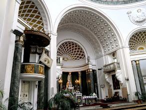 Photo: A szószék és a szentély a főoltárral.