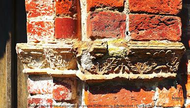 Photo: Diese bluroten Backsteine an der Dorfkirche in Passee stammen aus der ersten Hälfte des 14. Jahrhundert.