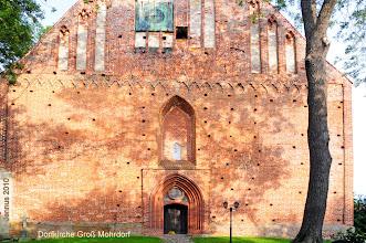 Photo: Westportal der Dorfkirche mit Turmuhr in Groß Mohrdorf in Vorpommern