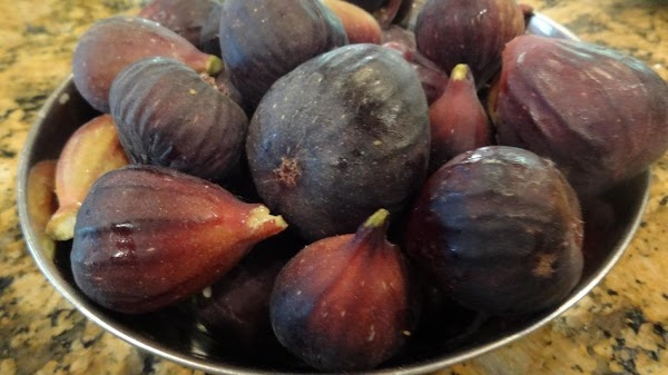 Wash the figs in a colander and let them dry for about an hour...