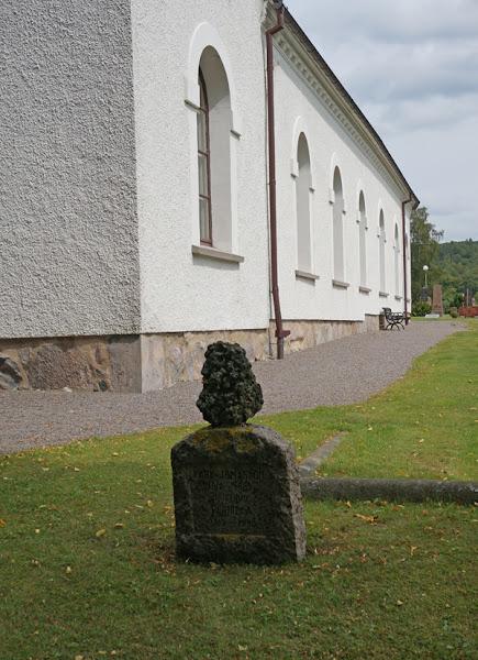 Photo: Meteoriten på Karl Jonassons gravsten, Getinge socken, Halland. 20160727. © Sven Olsson (e-post: kosmografiska@gmail.com)