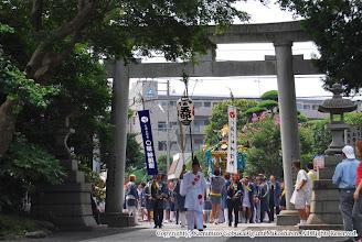 Photo: 【平成19年(2007) 本宮】 亀ヶ池八幡宮に到着。大鳥居をくぐる。