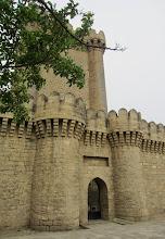 Photo: Bakussa aloitimme nähtävyyden Mardakanin linnoitukselta, jossa tutustuimme Neitsyttorni -käsitteeseen:tässä siis Mardakanin neitsyttorni, kuuluisampi on keskellä Bakun Vanhaa kaupunkia