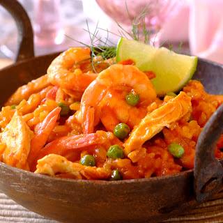 Paella mit Huhn, Shrimps und Erbsen