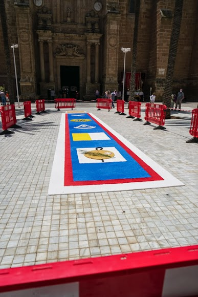 Alfombra de sal del Rocío en la plaza de la Catedral.