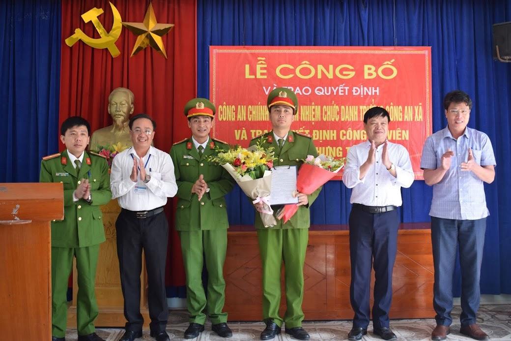 Lãnh đạo Công an huyện Hưng Nguyên và chính quyền địa phương chúc mừng Thượng úy Hoàng Nghĩa Chung được điều động đảm nhiệm chức danh Trưởng Công an xã Hưng Tây