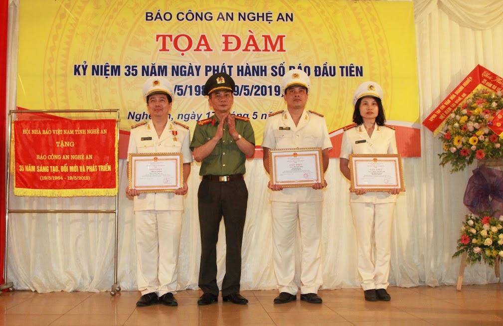 Đồng chí Đại tá Lê Xuân Hoài, Phó Giám đốc Công an tỉnh trao Giấy khen cho tập thể và 2 cá nhân Báo Công an Nghệ An.