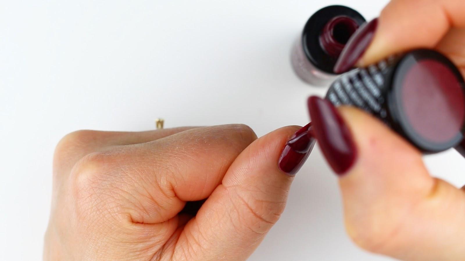 Eingerissenen Fingernagel mit Farbe lackieren