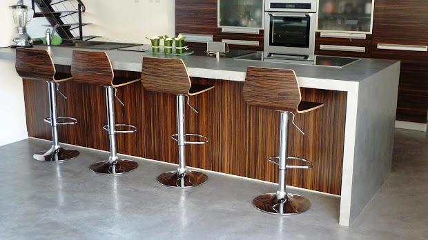 Un plan de travail en béton ciré donne un agencement esthétique à la cuisine