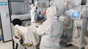 Sanitarios con EPIs atienden a un paciente con Covid-19.