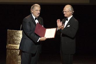 Photo: Bildlegende des angehängten Bildes König Carl XVI Gustaf übergibt Plácido Domingo den mit einer Million Dollar dotierten Birgit Nilsson Prize für dessen ausserordentliche Leistungen im Bereich Oper und Konzert