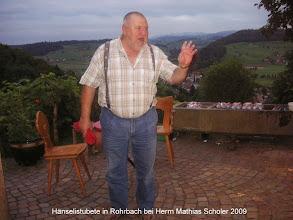 Photo: Der Gastgeber Mathias Scholer vor seinem Ferienhaus in Rohrbach