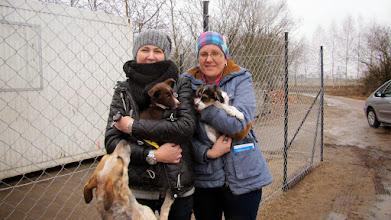 Photo: Krasnoludek pojechał do bardzo fajnego, kochajacego zwierzęta domu. Panie przygarniają psie i kocie biedy. Sunia na rękach pani też uratowana przez nie.