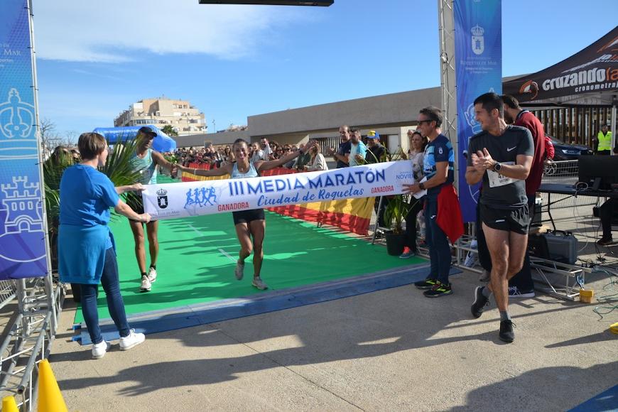 La ganadora cruzando la línea de meta.