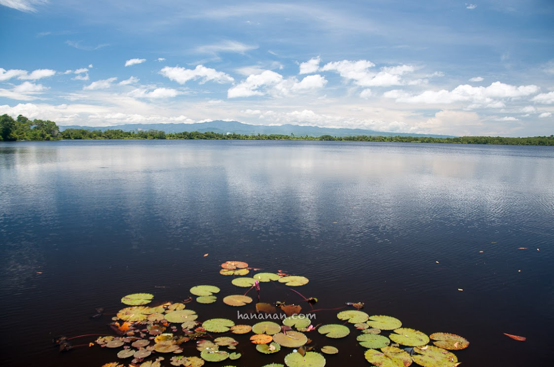 Danau Dendam Tak Sudah. Ada banyak versi kenapa nama danau ini demikian dramatis. Terlepas dari kebenaran asal-usul namanya, aku jatuh cinta sama danau ini. :D
