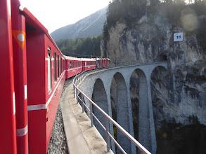 Fahrt mit der rätischen Bahn über ein Viadukt, kurz vor dem Tunnel