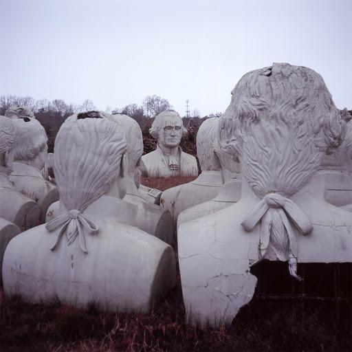 Saiba porque estas esculturas dos presidentes dos Estados Unidos estão abandonadas
