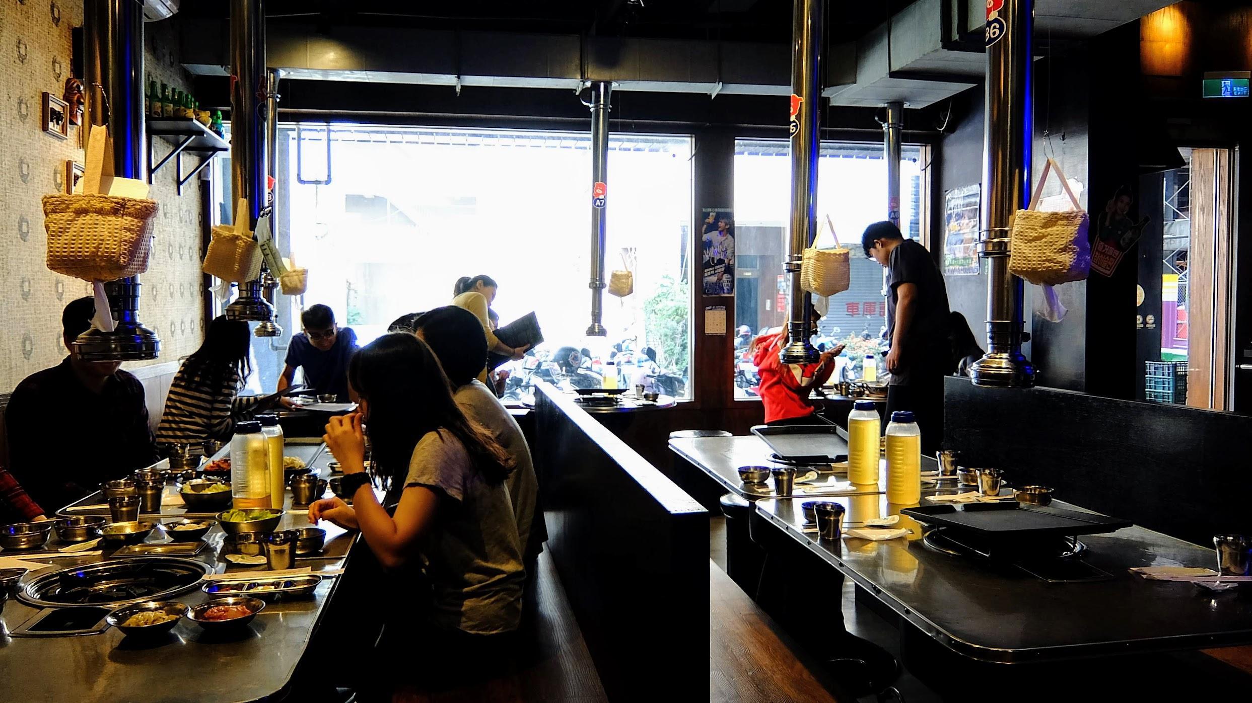 餐廳內一景,這是剛開始營業時候,立刻就有一堆訂位的客人坐滿