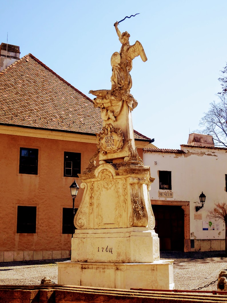 Győr - Szent Mihály-szobor az Apor Vilmos téren
