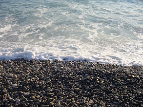 Photo: On the polished stone beach along Nice's Promenade, the incoming waves make a conventional sound.