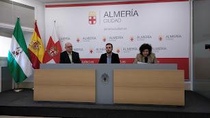 El concejal Carlos Sánchez (centro) junto a Encarnación Molina y Diego García.
