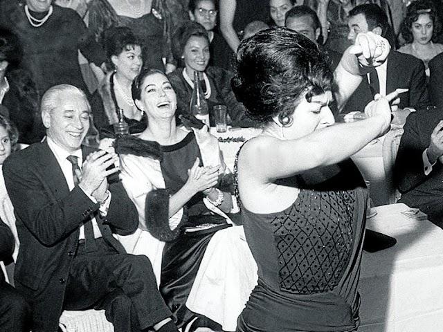 Lola Flores baila y Ava Gardner la observa divertida. El libro 'Flamenco y cine' explora la relación entre ambas disciplinas.