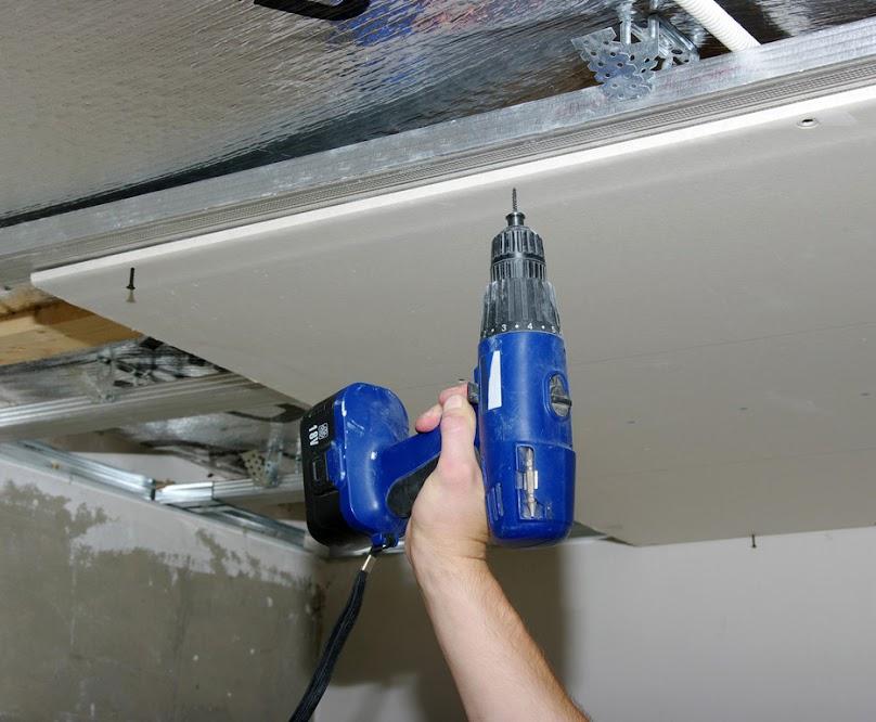 Przywiercanie płyt gipsowo-kartonowych od sufitu
