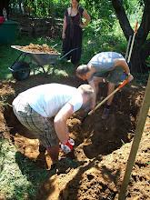 Photo: eközben a gödör csak mélyül. többek szerint kút is lehet https://www.facebook.com/reginakertgodollo