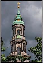 Photo: Die barocke Sophienkirche in Berlin. Nach dem Tod ihres Mannes am 25. Februar 1713 war die ursprünglich vorgesehene Namensgeberin Sophie Luise von Mecklenburg-Schwerin (1685–1735), Friedrichs dritte Ehefrau, bei der Weihe des Gotteshauses dem nachfolgenden König Friedrich Wilhelm I. von Preußen höchst unerwünscht; die Berliner Kirche wurde am 18. Juni 1713 deshalb zunächst als Spandauische Kirche geweiht. Erst unter dem Nachfolger König Friedrich II. wurde sie nach Sophie Luise benannt und heißt seitdem Sophienkirche. Der barocke Kirchturm wurde in den Jahren 1732–1734 durch den Turmbaumeister Johann Friedrich Grael angefügt.