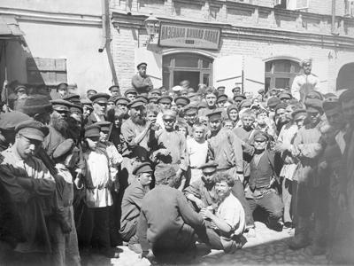 Накануне Первой мировой войны поступления от «казенной винной монополии» были главной статьей российского бюджета (фото из серии «Нижегородские босяки». Перед казенной винной лавкой. 1910-е гг.)