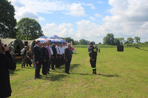 Der Gemeindewehrführer und Leiter der Wettkämpfe meldet dem Wojt und den Ehrengästen die Bereitschaft der Wettkampfteilnehmer (Bild A.M.)