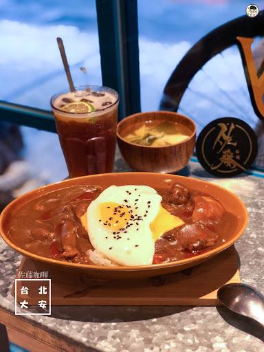 . 📍佐藤咖喱-復興店 台北的平價咖喱飯,在東區也開了一家,沒吃過的我就來嘗試看看,店面不大,約十出頭個位子,很容易就客滿,趕時間的上班族也可以外帶,還有另外的折扣呢~ * 🍛綜合咖喱 ᴺᵀᴰ 1