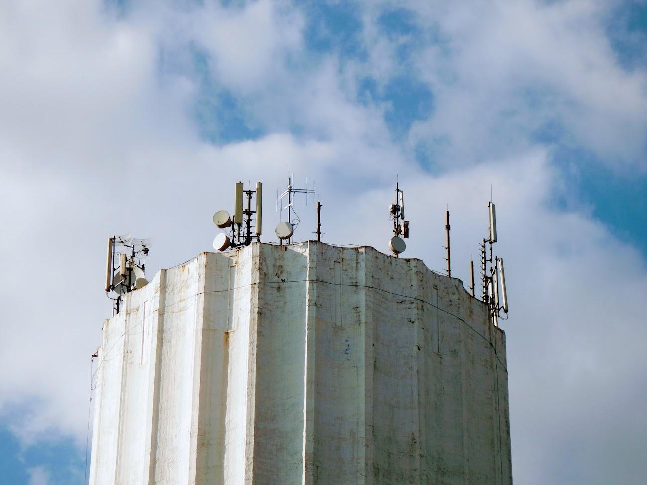 Komárom/víztorony - helyi URH-FM adóállomás