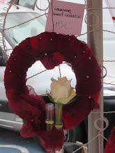 """Photo: Couronne saint valentin  tissus fabriqué artisanalement """"technique de feutrage nuno"""" et épingles colorées. Des pipettes sont accrochées à la couronne (esprit soliflore)  prix : 15 euros"""