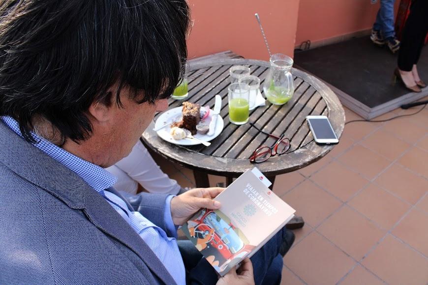 José Manuel Bretones con el libro de relatos.