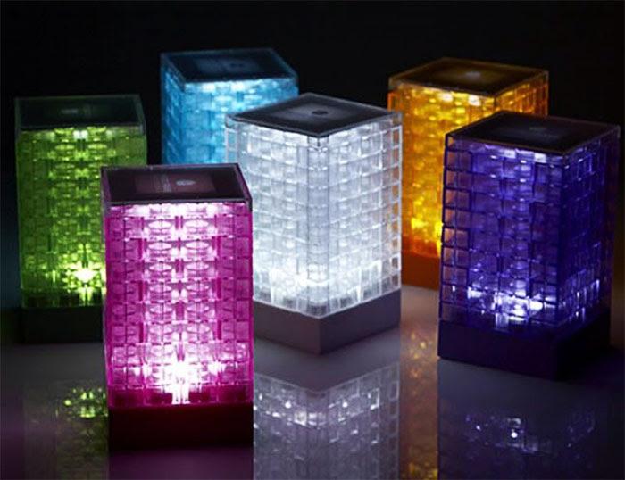 Lampka z kloszem z przeźroczystych klocków lego
