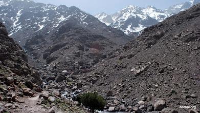 Photo: la piedra sagrada y las cumbres nevadas