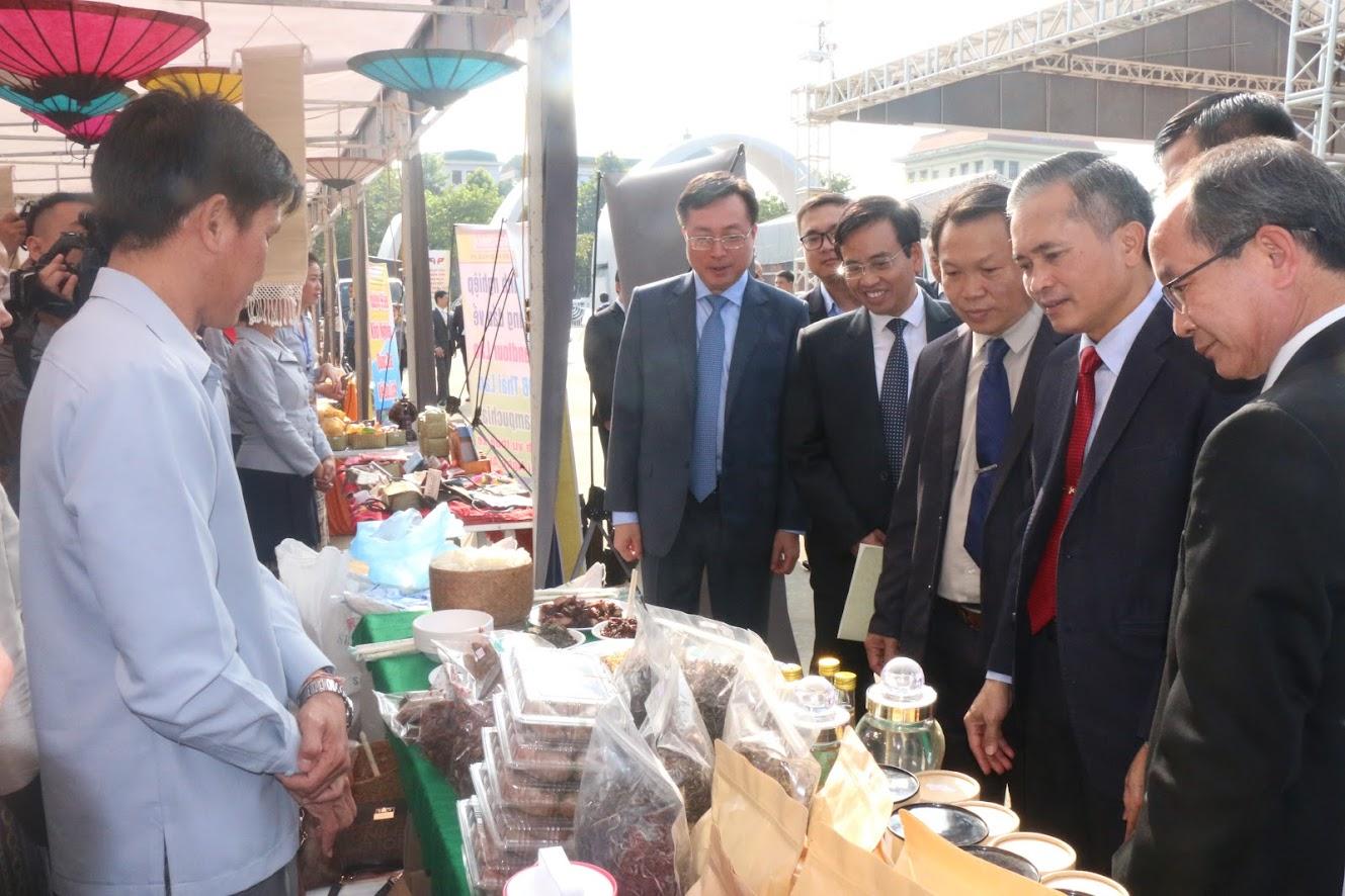 Các đại biểu tham quan các quầy trưng bày các đặc sản vùng miền, ẩm thực đặc sắc của tỉnh Nghệ An và nước bạn Lào