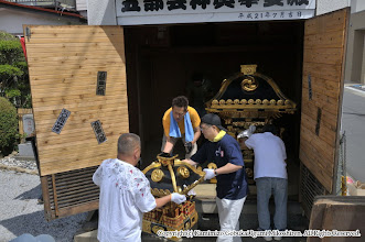 Photo: 【平成23年(2011) 宵々宮】  神輿の蔵出し。小人神輿・大人神輿の順に蔵から出す。