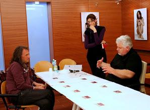 Photo: Tullio FRAGIACOMO legge il portfolio di Ezio TURUS