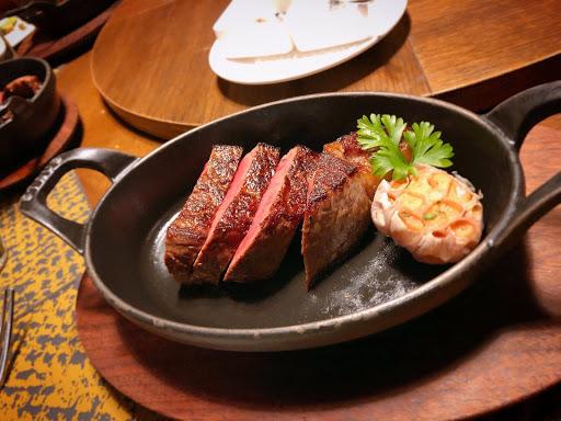 很幸運一嚐牛排教父之稱的名廚「鄧有癸」先生擔任餐飲顧問的餐廳 從空間、服務、餐點都非常的棒!! 每件餐點都是藝術品,從外觀質感到味道把握的非常完美