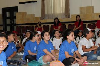 Photo: Les enfants suivent la présentation de la journée